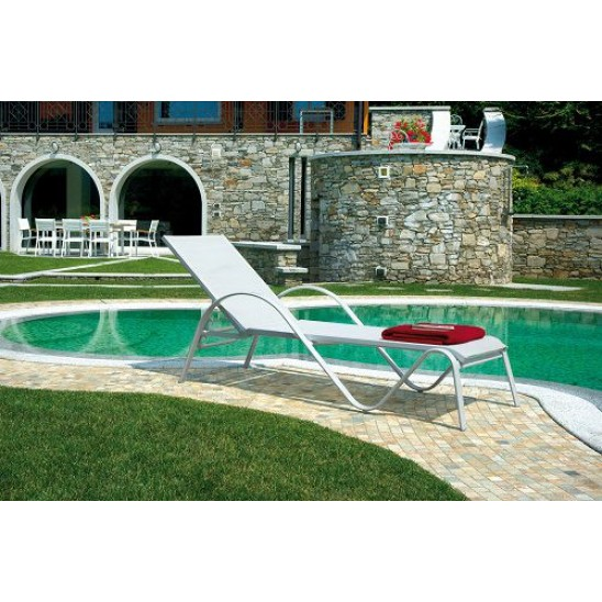 Consigli arredo giardino con piscina - Lettino giardino ...